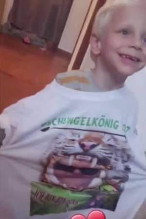 Diego tanzt mit einem Jens-Shirt