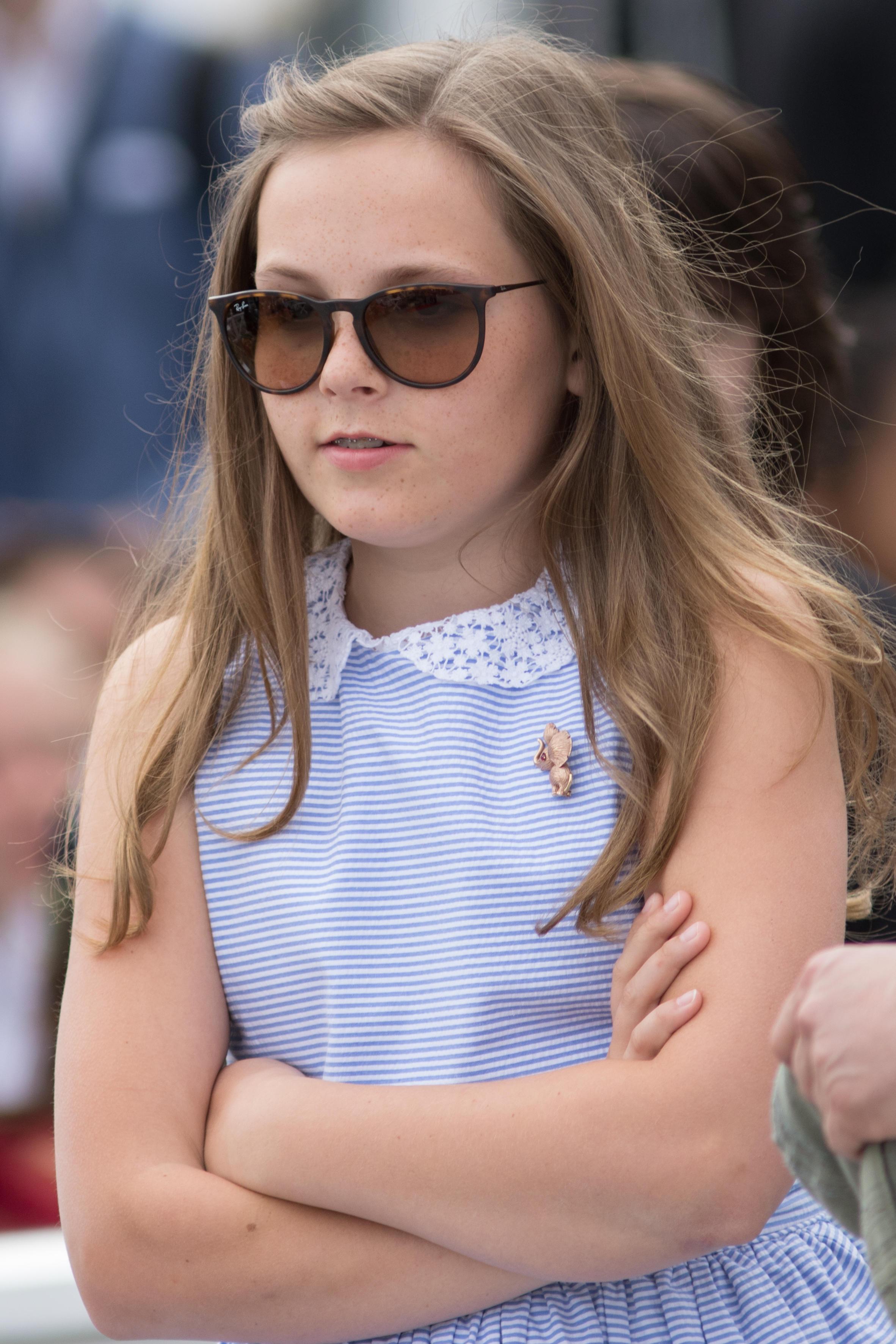 Kleine Prinzessin ganz cool: Ingrid Alexandra zeigt sich mit Sonnenbrille.