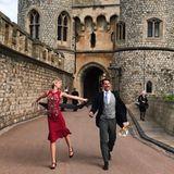 Die Windsor-Wedding von Prinzessin Eugenie lässt sich Maria-Olympia natürlich auch nicht entgehen. Im roten Kleid und mit bester Laune zieht sie alle Blicke auf sich.