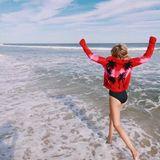 Prinzessin Maria-Olympia ist nicht selten am Meer. Hier liebt sie es, durch die Wellen zu hüpfen und sich so richtig auszutoben.