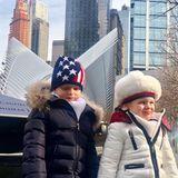 Blau, Weiß, Rot: Passend für ihren ersten Trip nach New York hat Fürstin Charlène die warmen Winter-Outfits ihrer Twins farblich an die US-amerikanische Flagge ausgesucht. Die entsprechenden Mützen runden den Look ab.