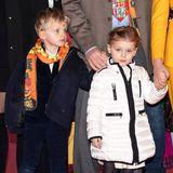 Gabriella trägt dabei ihre weiße Winterjacke, die sie auch schon kürzlich in New York gewärmt hat, Jacques schützt seinen empfindlichen Kinderhals wie Papa Albert mitdem Schal des Zirkusfestivals in Monte-Carlo.