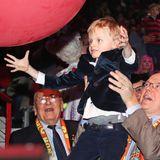 Jacques macht im festlichen, blauenSamt-Blazer mit weißem Hemd Jagd auf den großen, roten Zirkusluftballon.