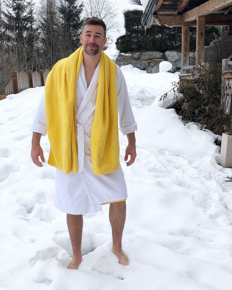 """""""Der Schnee war überraschenderweise kalt! Ein weiteres Werk aus meiner Skiurlaub-Erinnerungs-Reihe"""", postet derfrisch aufgeheizteSaunagänger Jo Weil."""
