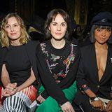 """Style-Trio bei Schiaparelli: """"Downton Abbey""""-StarsLaura Carmichael und Michelle Dockery sitzen gemeinsam mit Kat Graham in der Front Row."""