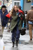 """Huch, Sarah Jessica Parker eilt schwer bepackt mit großem, roten Beutel über der Schulter durch Harlem. Im echten Leben eher unwahrscheinlich? Stimmt, denn die Schauspielerin arbeitet hier an den Dreharbeiten zur Serie """"Divorce""""."""