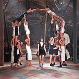 Die Gäste der Show von Christian Dior bekommen eine einzigartige Akrobatik-Performance geboten.