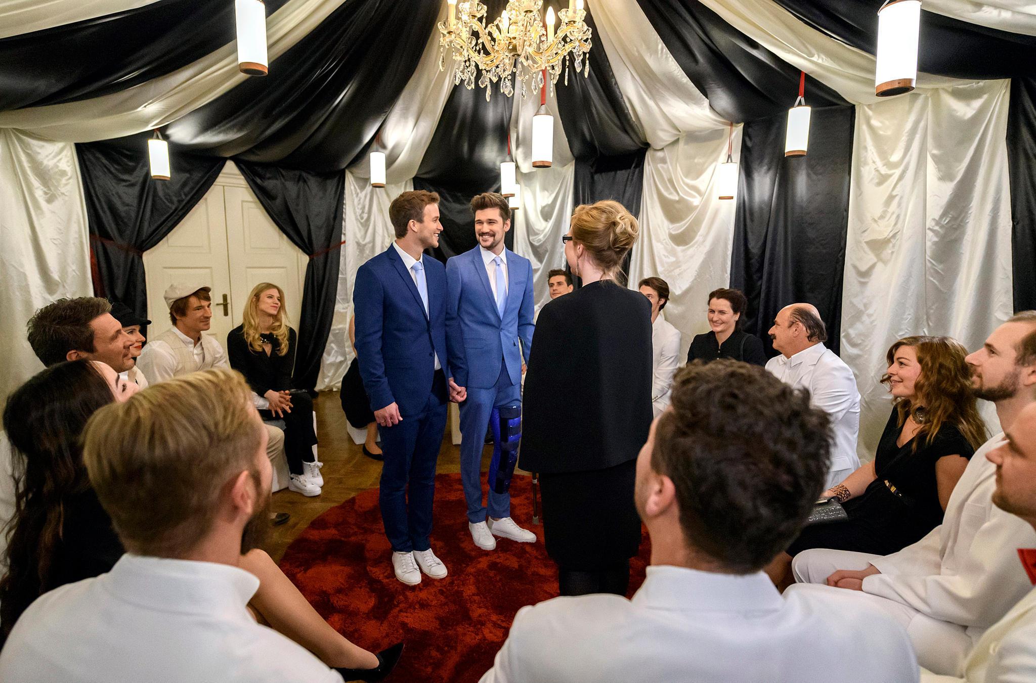 Boris (Florian Frowein, l.) und Tobias (Max Beier, M.) geben sich ihr Ja-Wort.