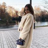 """""""Mein Gesicht, wenn draußen Minusgrade herrschen"""", kommentiert Ann-Kathrin Götze den winterlichen Schnappschuss auf Instagram und hüllt sich zum Schutz vor der klirrenden Kälte in einen warmen Mantel. Die 29-Jährige weiß, wie man solch einem Look die Krone aufsetzt und trotz des großen Kleidungsstücks grazil wirkt: Sie kombiniert einfach eine hautenge Leggings und sportliche Sneaker dazu, die ihre schmalen Fesseln betonen."""
