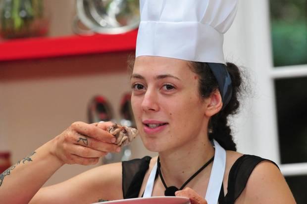 Leila Lowfire lässt sich das Dschungel-Menü schmecken