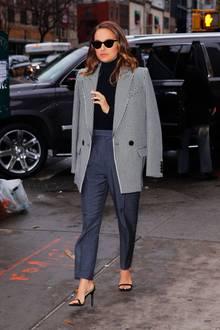 Hey, Stil-Ikone! Oscar-Preisträgerin Natalie Portman kombiniert den Oversized-Blazer zur grauen Hose und High Heels