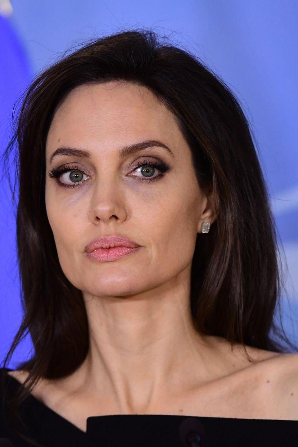 Skeptisch: Seine Noch-Ehefrau Angelina Jolie will Pitt keinesfalls verärgern. Nachdem das Paar sich über das Sorgerecht geeinigt hat, stehen jetzt finanzielle Fragen an
