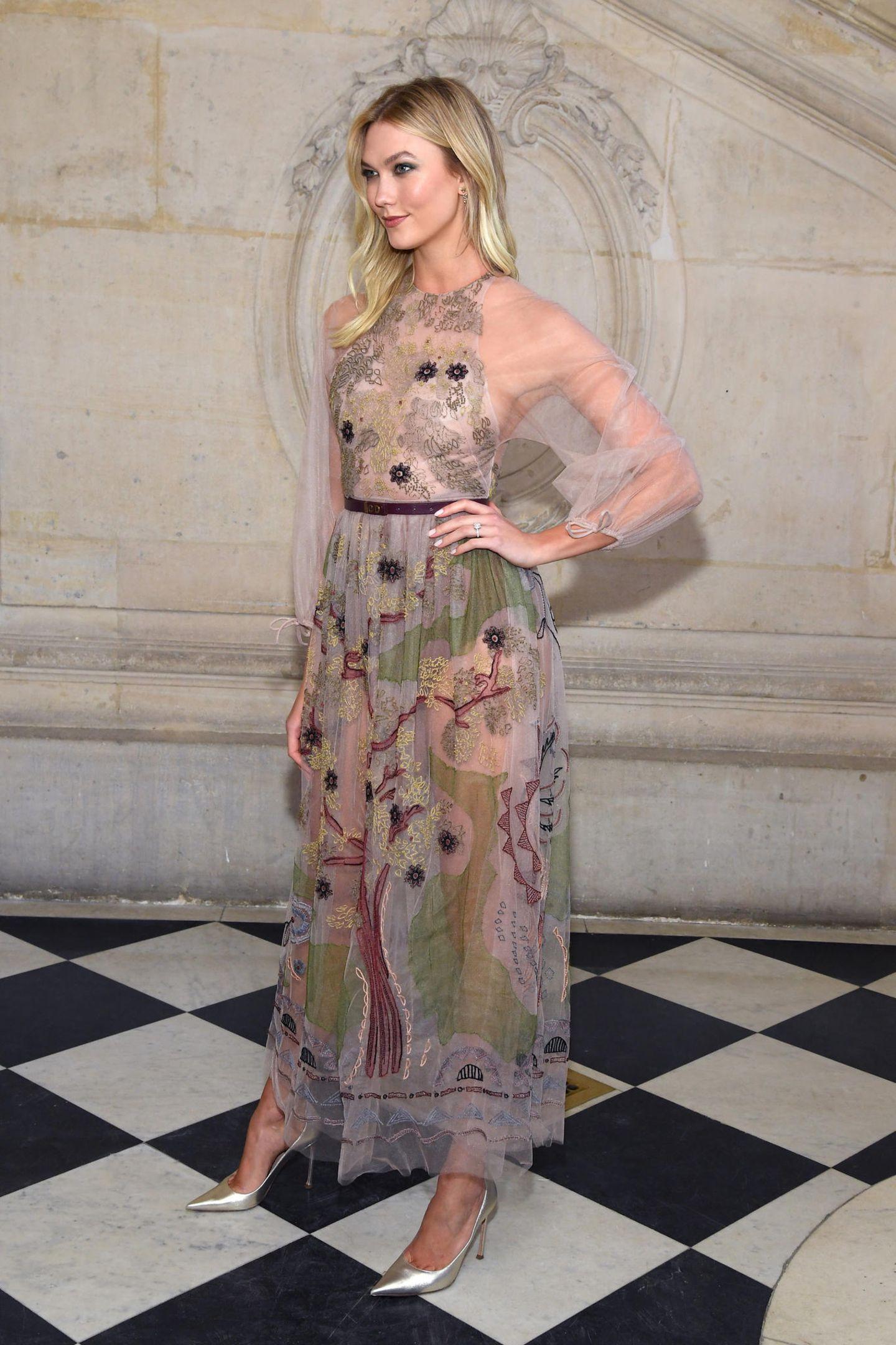 Kloss zeigt in diesem Look wie man gekonnt sexy Einblicke gewähren kann, ohne vulgär zu wirken. Ein traumhaft transparentes Dress, finden Sie nicht?