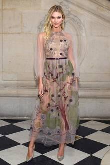 Karlie Kloss besucht die Haute-Couture-Schauen in Paris. Für die Show von Dior hat sich das Topmodel eine zum Großteil transparente Kreation des französischen Modehauses ausgesucht ...