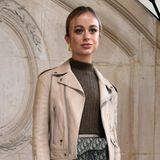Royaler Stargast auf der Fashion Week: Lady Amelia Windsor, die Nummer 38 der britischen Thronfolge, lässt sich die Christian Dior Haute Couture Spring Summer 2019-Modenschau in Paris nicht entgehen und erscheint zu dem Event in einem Outfit des französischen Labels. Dabei setzt sie auf einen lässigen Mustermix: Während Schuhe und Rock mit Blumen verziert sind, ist die Bauchtasche mit den Initialen des Modehauses versehen.  Ob der Queen dieser stylische Look gefällt? Bekanntlich sieht die britische Königin am liebsten hohe Schuhe an ihren Verwandten, so auffällige Sneaker wären sicher nicht ihre erste Wahl.