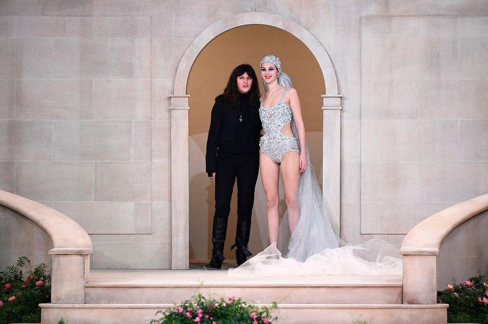 Virginie Viard, Leiterin desChanel-Ateliers, an der Seite des letzten Models, der Braut