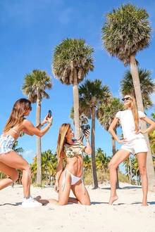 Picture perfect unter Palmen: Alessandra Meyer-Wölden versorgt ihre Fans stets mit traumhaften Aufnahmen aus ihrem Leben. Wie diese tollen Fotos geschossen werden, wissen ihre Freundinnen - Carolina Sui und Jesica Cirio - am besten. Schließlich leben auch sie das Influencer-Life.