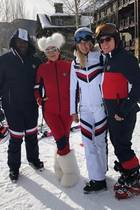 Dürfen wir vorstellen, Team Hilfiger! Corey Gamble, Kris Jenner und das EhepaarDee Ocleppo und Tommy Hilfiger (v. l. n. r.) freuen sich auf ihren Skiurlaub – eingekleidet in sportlicher Hilfiger-Montur versteht sich.