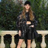 Schauspielerin Kristine Froseth beigeistert in einem Leder-Look mit durchsichtiger Jacke.