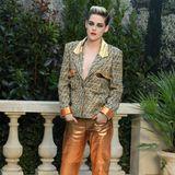 Kristen Stewart zieht in einer Metallic-Hose alle Blicke auf sich. Dazu kombiniert sie einen coolen Blazer, unter dem sie scheinbar auf einen BH verzichtet.
