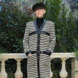 Tilda Swinton entscheidet sich für einen klassischen Schwarz-Weiß-Look mit Lederelementen.