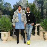 Helen Lasichanh undPharrell Williams posieren in coolen Jeans-Looks vor der Fotowand.