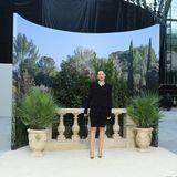 Marion Cotillard gehört seit Jahren zu den Stammgästen der Chanel-Show in Paris. In einem schwarzen Zweiteiler bestehend aus Radler und Blazer. Die knallroten Lippen peppen den Look auf.