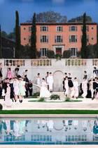 """Das Setting bei Chanel erinnert an Sommer in Frankreich. Karl Lagerfeld lässt die """"Villa Chanel"""" nachbauen."""