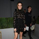 Kate Beckinsale zeigt, wie stylisch wenig Stoff sein kann. Sie trägt ein knappes, schwarzes Spitzenkleid zur Show vonGiambattista Valli.