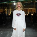 Wo Haute Couture ist, da ist auch der Adel nicht fern:Olympia von Griechenland posiert in einem weißen Kleid. Mit roten Accessoires und Lippen setzt sie Akzente.