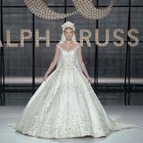 Elsa Hosk sehen wir sonst eher in Unterwäsche auf dem Runway. Doch auch das spektakuläre Haute-Couture-Brautkleid von Ralph&Russo steht ihr blendend.