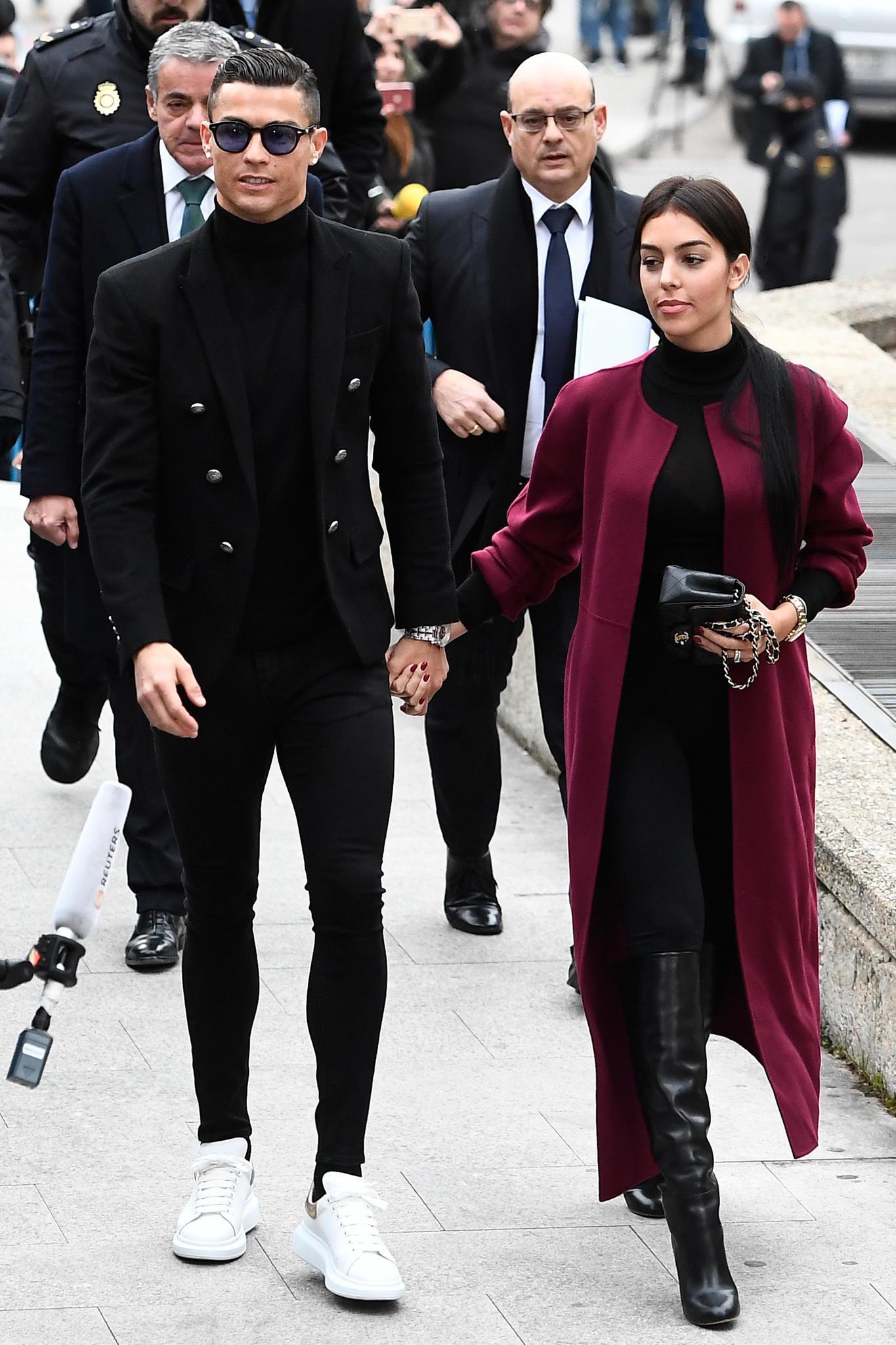 Cristiano Ronaldo und seine Freundin Georgina Rodriguez erscheinen top-gestylt zum Gerichtstermin.