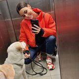 Für den Spaziergang mit Hund Kiwi kombiniert Lena farblich passende Sneaker zu ihrer knalligen Daunenjacke. Ein fröhliches Spiegel-Selfie darf bei diesem Gute-Laune-Look natürlich auch nicht fehlen. Fun Fact: Lenas Hund hat mehr als 22 Tausend Follower auf Instagram.