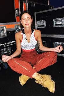 Tiefenentspannt bereitet sich Lena Meyer-Landrut im Backstage-Bereich auf ihren Auftritt vor. Ihr Look erinnert ein wenig an die Styles der frühen 2000er, finden Sie nicht?