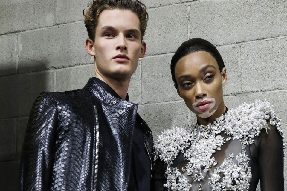 Philipp Pleins Mode ist spektakulär und sexy. Bei seiner Frühjahrs-Show präsentierte Model Winnie Harlow einen transparenten Glitzerbody mit Schnallen-Overknees