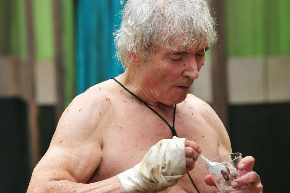 Mit verletzter Hand löffelt Peter Orloff einen Mix aus püriertem Schwein und Kakerlaken