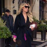 Sylvie Meis flaniert durch die Straßen von Paris, auf dem Weg zur Fashion Show von Alexandre Vauthier. Unter ihrem schwarzen Wickelmantel versteckt sich ein echter Hingucker-Look des Designers ...