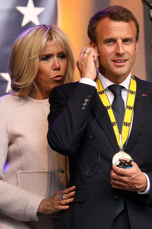 Brigitte Macron stehtihrem Ehemann Emmanuel Macron in der aktuellen Krise bei