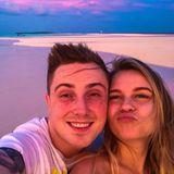 Vor atemberaubender Kulisse nutzt das frischverheiratete Pärchen rund um Eugen Kazakov und Youtube-Star Dagi Bee den Moment für einige Selfie-Grüße ...