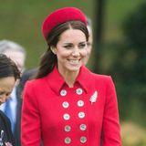 Auch Herzogin Catherine weiß den Effekt dieses Accessoires zu schätzen: Zu ihrem knallroten Mantel mit zweireihiger Knopfleiste kombiniert sie eine goldene Brosche in Federform.