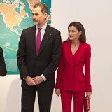 Powerdressing in seiner Bestform: Königin Letizia setzt auf klar geschnittene Hosenanzüge in knalligen Farben. Die Zweiteiler sind nicht nur für Männer ein echter Klassiker, sondern auch ein absolutes It-Piece für Frauen.