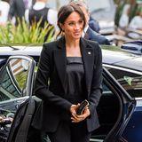 Das weiß auch Herzogin Meghan, setzt auf ein schwarzes Modell und versprüht so Eleganz undStärke.