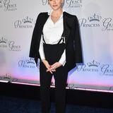 Auch Fürstin Charlène betont ihre Schulterpartie gerne mit übergeworfenen Mänteln und Jacken. Das figurbetonte Outfit, das sie drunter trägt, setzt ihre schlanke Silhouette trotzdem in Szene.