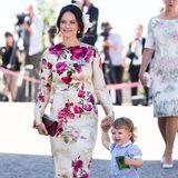 Prinzessin Sofia von Schweden liebt feste, schwerere Stoffe und klare Schnitte. Die erlauben es dem hübschen Royal ohne Angst vor Windstößen mit ihrem Sohn an der Hand vor den Fotografen herzulaufen und für die Kameras zu strahlen.