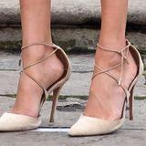 """Stylistin Harriet Davey verriet einst: """"Prominente wählen gerne Schuhe in einer oder zwei Nummern größer, wenn sie zu einem Event oder auf den roten Teppich müssen. Es ist ein Grund, den wir alle nachvollziehen können - sie wollen Blasen vermeiden."""" Das scheint auch Herzogin Meghan zu wissen und trägt ihre Heels offensichtlich eine Nummer zu groß."""