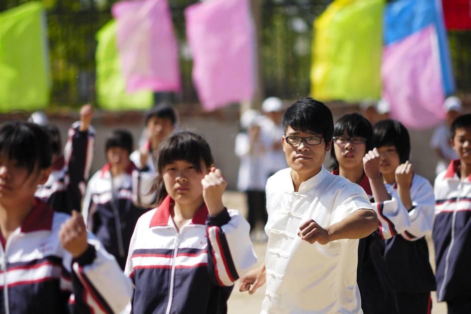 Schüler und Lehrer führen eine Performance vor