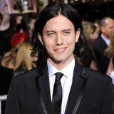 Der Kontrast kann damals nicht größer sein: Jackson Rathbone lässt sichdie Haarefür seine Rolle als Jasper Cullen extra dunkel färben, damit sein heller Teint noch verstärkt wird.