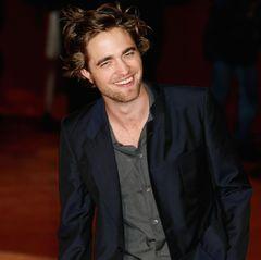 """Mit seinem verwuschelten Haar bringt Robert Pattinson in 2008 alle weiblichen Twilight-Fans um ihren Verstand. Alle lieben seinen melancholischen """"Edward Cullen""""-Look."""