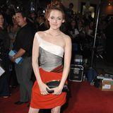 """In 2008 gibt Kristen Stewart noch ganz die Bella, also """"die Schöne"""". Sie trägt ihre Haare lang, auf dem roten Teppich mädchenhafte Kleider und schlüpft für die Premiere von Twilight in ihre High-Heels."""