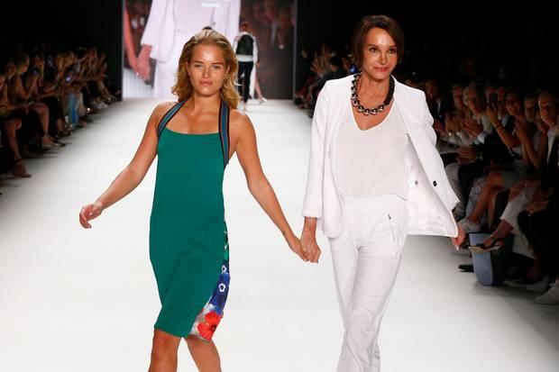 """Chiara Moon Horst (l.) und ihre Mutter Anouschka Renzi (r.) laufen für das Mode-Label""""Riani"""" bei der """"Fashion Week Berlin"""" am 28. Juni 2016"""
